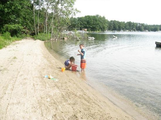 Oak Cove Resort: Small beach, but provides plenty of entertainment for the kids.