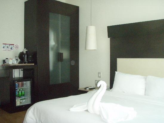 Hotel El Punto: Recamara, armario y amenities (con detalle de la recamarera en las toallas)