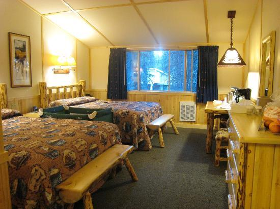 Lake Lodge Cabins: The western cabin room with 2Q