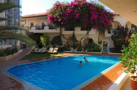 Kokkinos Pirgos, Griechenland: Gepflegter, kleiner Hotel-Pool (völlig ausreichend für die Zimmeranzahl)