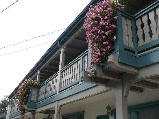 Best Western Plus Encina Lodge & Suites: Love the hanging flowers
