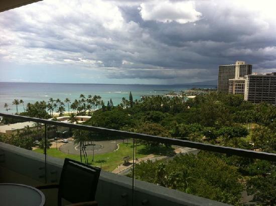 โรงแรมทรัมพ์อินเตอร์เนชั่นแนล ไวกิกิบีชวอล์ค: Rainclouds caught on the mountains provide an amazing view