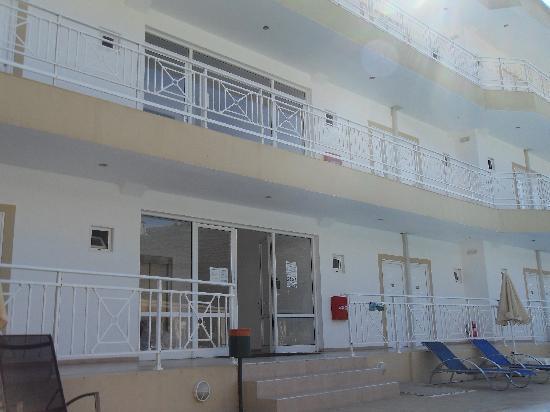 Nicolas Villas : Hotel from pool-side
