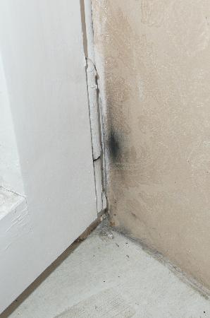 Helga Dolezal Beauty-Vital-Residenz: Wand beim Fenster , dreckig und abgeschmiert