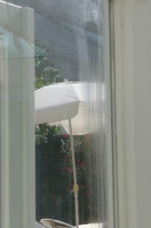 Helga Dolezal Beauty-Vital-Residenz: Im Aufenthaltsraum rinnt das Wasser von den Fenstern