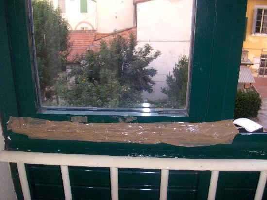 Hotel Villa Kinzica: Special Brown tape window security!