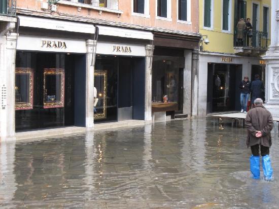 Venedig, Italien: プラダも水浸し