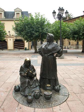 Esculturas de Oviedo: Las vendedoras del Fontán