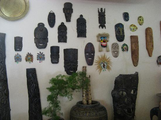 Darayonan Lodge: Faces on the wall