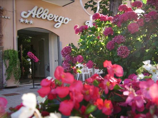 Albergo Ristorante Piacentino : L'ingresso immerso tra i fiori