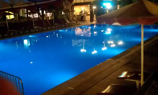 Kayamaris Hotel: Pool at night - bar in the background