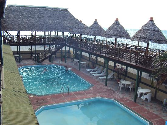 Puerto Barrios, Guatemala: Welcoming pool with shade from tropical rays