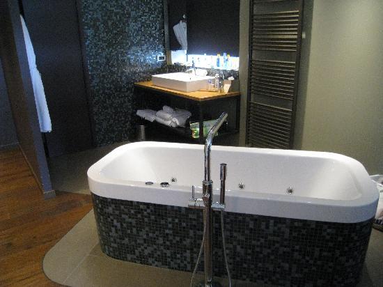 Hotel Clos Marcel : modern design jacuzzi.......