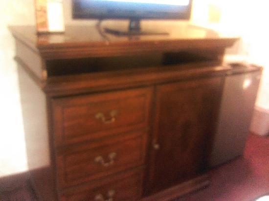 Baymont Inn & Suites Muskegon: missing drawer