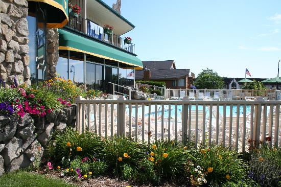 Weathervane Terrace Inn and Suites: Pool Area