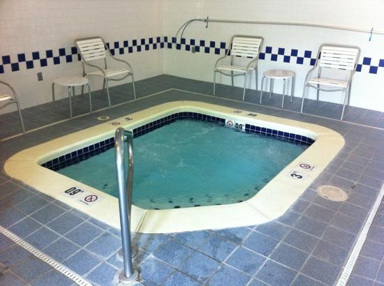 Fairfield Inn Kennewick: Excellent 6 to 8 person spa