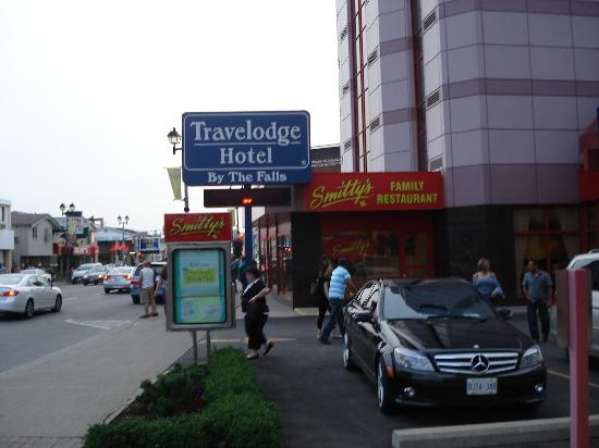 Travelodge Niagara Falls Hotel by the Falls : Hotel and restaurant