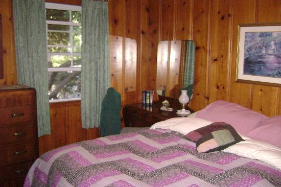 Sea Cliff Motel: 2nd Bedroom, very cozy bed with down comforter!