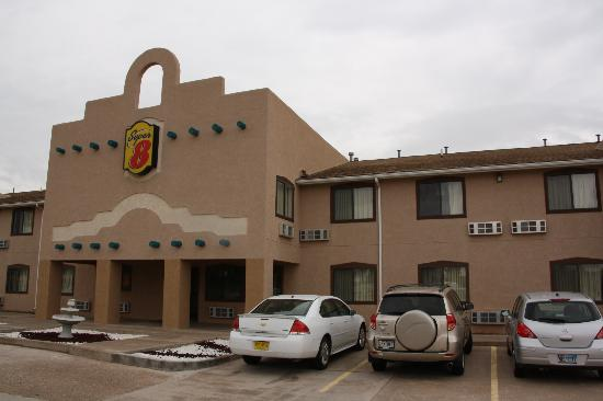 Super 8 Fort Sumner: Front side of hotel