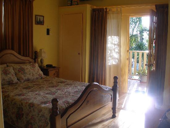 Travellers Home B & B: Main bedroom with veranda door open