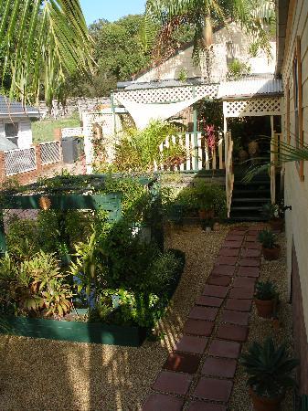Travellers Home B & B : Entrance through the garden & patio