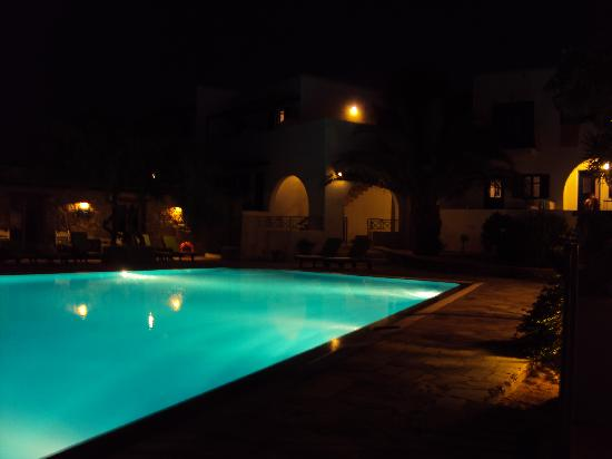 Petres : Pool at night