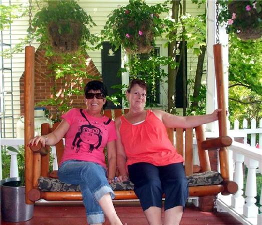 The Manse Bed and Breakfast: Enjoying the outdoor swing