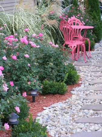 Weller Haus Bed, Breakfast and Event Center: Roses, roses everywhere!