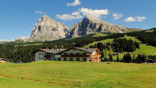 Alpe di Siusi, Italië: Rückseite Hotel mit Blick auf Lang- und Plattkofel