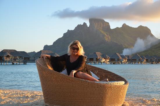 Four Seasons Resort Bora-Bora : my beloved in the first row