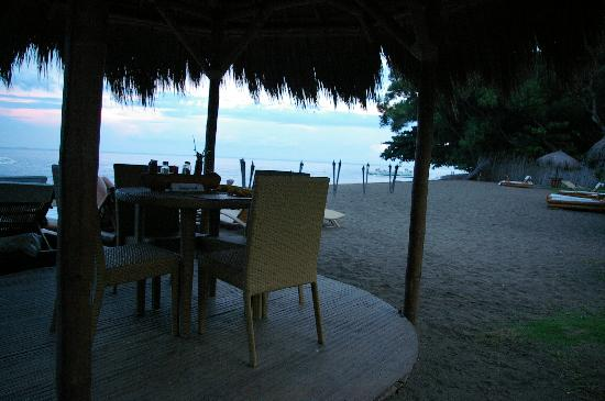 Pura Vida Beach & Dive Resort: Table on the beach reserved for dinner