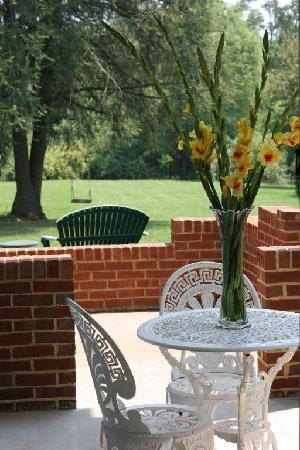 Fountain Hall B&B: Enjoy a spring day from your porch!