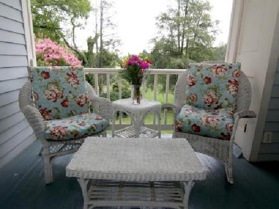 Fountain Hall B&B: Your own private balcony.overlooking the beautiful back yard is part of Pulliam's Retreat.