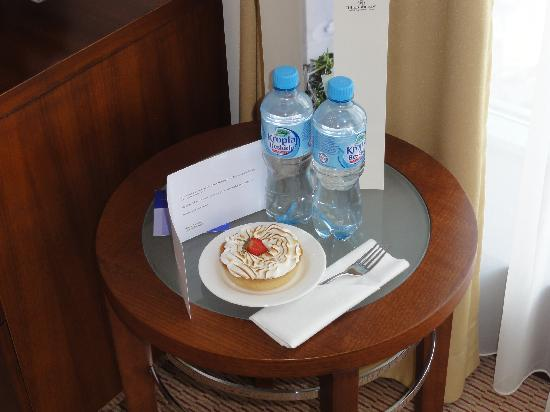 Hilton Warsaw Hotel & Convention Centre: Welcome tart - and water refreshed every day