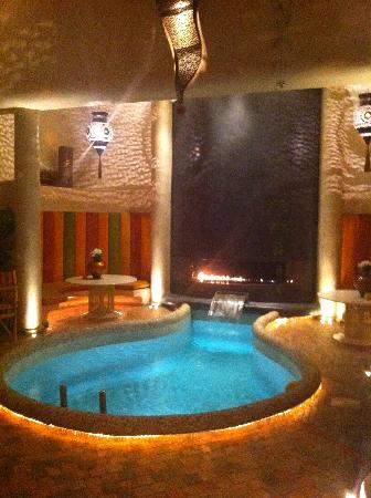 Maison MK: Pool at night