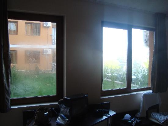 Vemara Club Hotel: les vitres de la chambre