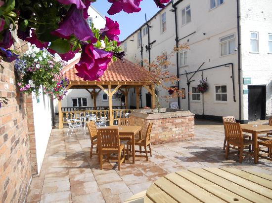 The Kings Head Hotel : Outside Patio Area