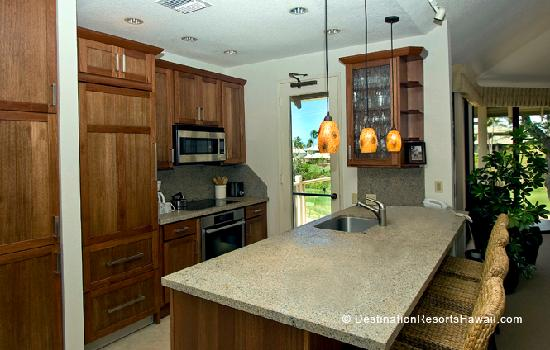 Wailea Grand Champions Villas: Fully Equipped Kitchen with Breakfast Bar and Access to Golf View Lanai