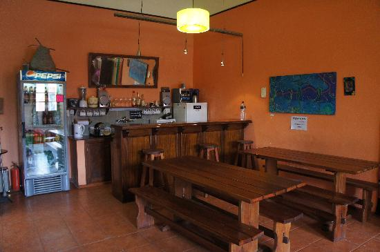 El Viajero Colonia Hostel & Suites: Communal Breakfast Area