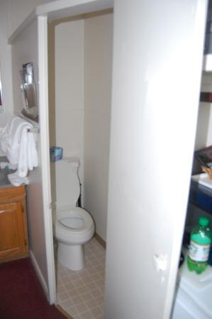 Hillcrest Inn: toilet