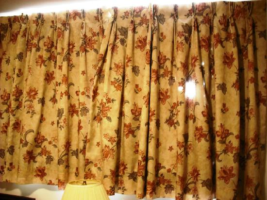 Queens Arms Inn : If you see holes in the curtain, you know what quality you can expect.