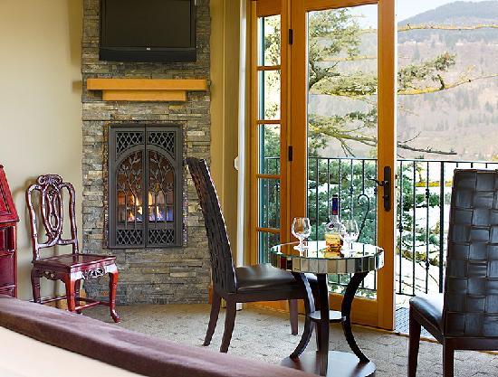 Columbia Cliff Villas Hotel: Fireplace