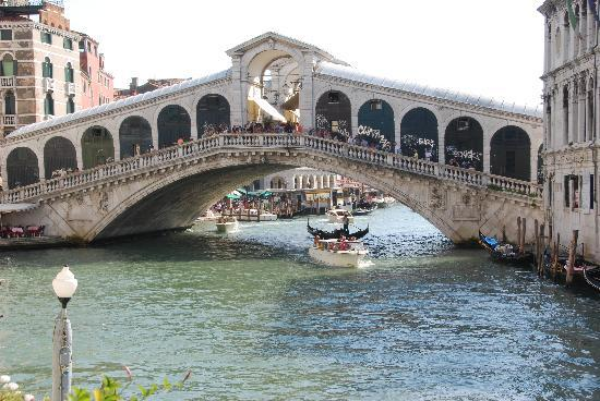 Al Ponte Antico Hotel: The view of the Rialto Bridge from the hotel