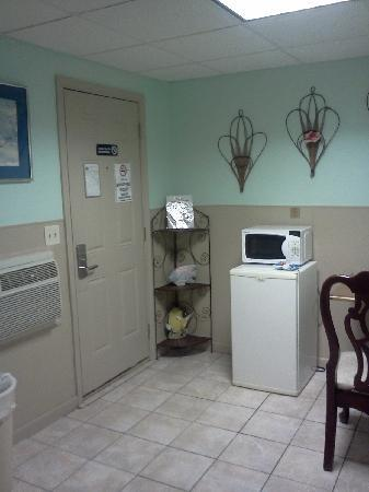 Green Cove Springs Inn: microwave and small fridge