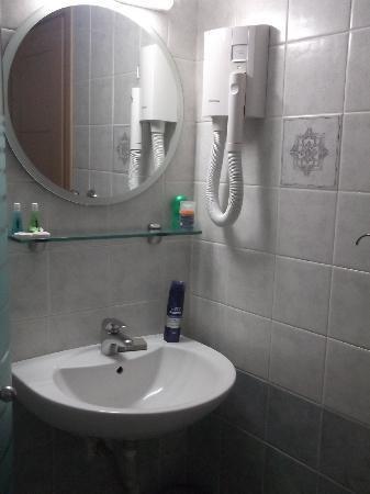 Hotel Parnon: bathroom3