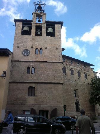 La Perla: Une église peut-être mais il y en a toujours plusieurs dans une ville