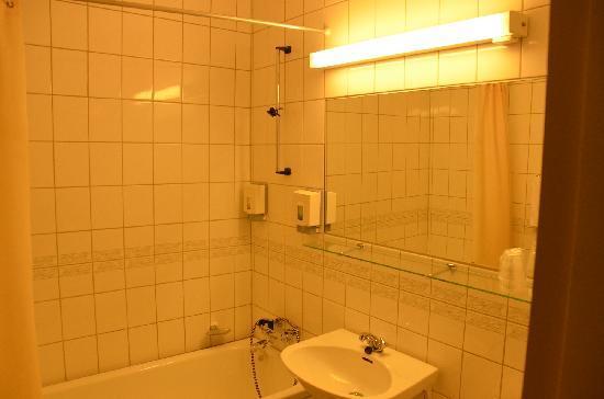 Hemne Hotell: Bathroom