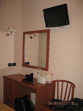Hotel Jole: Scrivania, specchio e tv