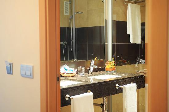 Hotel Desitges: Baños habitaciones