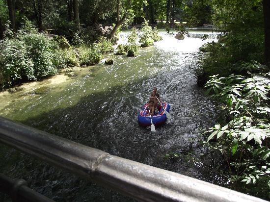 อิงลิชการ์เดน: Kids on the river.